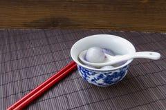 Los cuencos azules y blancos de la porcelana llenaron de las bolas de masa hervida Fotografía de archivo