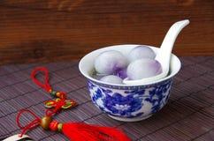 Los cuencos azules y blancos de la porcelana llenaron de las bolas de masa hervida Imagen de archivo