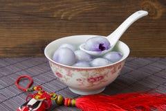 Los cuencos azules y blancos de la porcelana llenaron de las bolas de masa hervida Foto de archivo