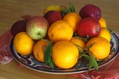 Los cuencos de fruta llenaron de los diversos tipos de fruta, peras de las manzanas de las mandarinas Foto de archivo libre de regalías
