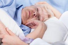 Los cuidados de la enfermera para la señora mayor Imágenes de archivo libres de regalías