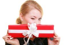 Los días de fiesta aman el concepto de la felicidad - muchacha con la caja de regalo Fotografía de archivo libre de regalías