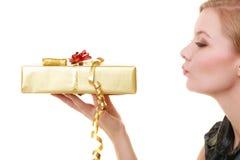 Los días de fiesta aman el concepto de la felicidad - muchacha con la caja de regalo Imagen de archivo