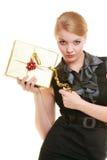Los días de fiesta aman el concepto de la felicidad - muchacha con la caja de regalo Imagen de archivo libre de regalías