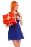 Los días de fiesta aman el concepto de la felicidad - muchacha con la caja de regalo Fotos de archivo