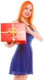 Los días de fiesta aman el concepto de la felicidad - muchacha con la caja de regalo Fotos de archivo libres de regalías