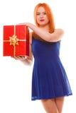 Los días de fiesta aman el concepto de la felicidad - muchacha con la caja de regalo Imágenes de archivo libres de regalías