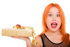 Los días de fiesta aman el concepto de la felicidad - muchacha con la caja de regalo Imagenes de archivo