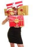 Los días de fiesta aman el concepto de la felicidad - muchacha con las cajas de regalo Imagen de archivo
