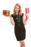 Los días de fiesta aman el concepto de la felicidad - muchacha con las cajas de regalo Fotografía de archivo libre de regalías
