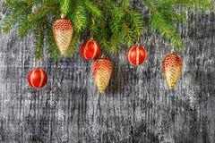 Los días de fiesta el árbol del abeto del Año Nuevo y de la Navidad juega Imágenes de archivo libres de regalías