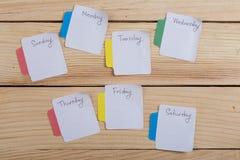 Los días de la semana - las etiquetas engomadas de papel atadas al tablero son imagen de archivo libre de regalías
