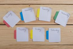 Los días de la semana - las etiquetas engomadas de papel atadas al tablero son fotos de archivo libres de regalías