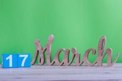 Los días felices del St Patricks ahorran la fecha 17 de marzo Día 17 de mes, calendario de madera diario en la tabla y fondo verd Fotografía de archivo libre de regalías