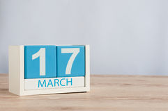 Los días felices del St Patricks ahorran la fecha 17 de marzo Día 17 del mes, calendario de madera del color en fondo de la tabla Imagen de archivo libre de regalías