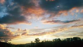 Los días nublados se rompen para arriba por noches de verano claras Fotografía de archivo libre de regalías