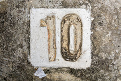 Los dígitos con hormigón en la acera 10 imagen de archivo libre de regalías