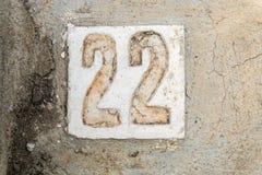 Los dígitos 22 con hormigón en la acera Imagen de archivo
