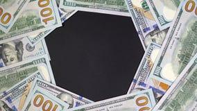 Los dólares giran alrededor del centro Lugar para el título o el texto en el centro 4k almacen de video