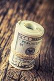 Los dólares rodaron el primer de los billetes de banco Dólares del americano del dinero del efectivo Opinión del primer de la pil imagenes de archivo