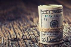 Los dólares rodaron el primer de los billetes de banco Dólares del americano del dinero del efectivo Opinión del primer de la pil fotos de archivo libres de regalías