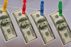 Los dólares se están secando en cuerda Imagen de archivo