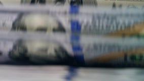 Los dólares se mueven en línea automatizada en una máquina, comprobada para saber si hay autenticidad almacen de metraje de vídeo
