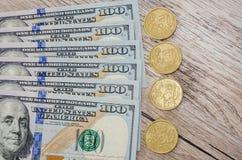 Los dólares y las monedas se cierran para arriba fotografía de archivo libre de regalías