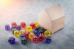 Los dados de cristal coloridos con la casa de papel modelan ideas del negocio Imágenes de archivo libres de regalías