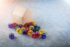 Los dados de cristal coloridos con la casa de papel modelan ideas del negocio Imagen de archivo libre de regalías