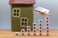 Los dados forman la palabra 'crecimiento ' imágenes de archivo libres de regalías