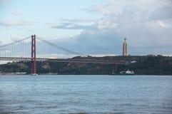 Los 25 de Abril Bridge Imagenes de archivo
