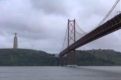 Los 25 de Abril Bridge en Lisboa, Portugal Imagen de archivo libre de regalías