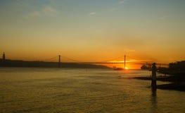 Los 25 de Abril Bridge en Lisboa, Portugal Foto de archivo
