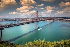 Los 25 de Abril Bridge es un puente que conecta la ciudad de Lisboa Fotografía de archivo libre de regalías
