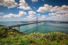Los 25 de Abril Bridge es un puente que conecta la ciudad de Lisboa Foto de archivo libre de regalías