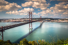 Los 25 de Abril Bridge es un puente que conecta la ciudad de Lisboa Fotografía de archivo