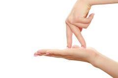 Los dedos recorren la palma Imagenes de archivo