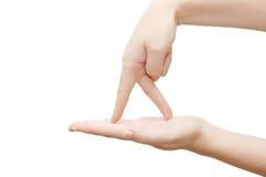 Los dedos recorren la palma abierta Foto de archivo