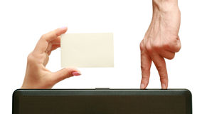 Los dedos van a una tarjeta de visita a disposición Fotografía de archivo libre de regalías