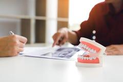 Los dentistas están discutiendo problemas dentales en la imagen FO de la radiografía del informe fotografía de archivo libre de regalías