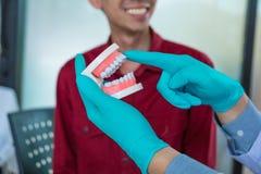 Los dentistas est?n discutiendo el tratamiento dental para los pacientes foto de archivo