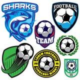 Los deportes badge con un balón de fútbol y un tiburón para el equipo, ejemplo coloreado del vector Imagen de archivo libre de regalías