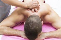 Los deportes dan masajes en la sala de masaje imágenes de archivo libres de regalías
