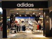 Los deportes de Adidas venden el enchufe del boutique al por menor foto de archivo libre de regalías