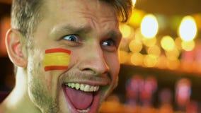 Los deportes españoles avivan extremadamente feliz sobre la victoria preferida del equipo, bandera en mejilla metrajes