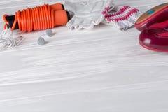 Los deportes femeninos fijaron en un fondo de madera blanco con una cuerda para saltar Foto de archivo