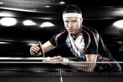 Los deportes jovenes sirven al jugador de tenis en juego en negro imagen de archivo libre de regalías
