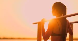 Los deportes y la salud de las mujeres del tema Mujer caucásica hermosa con el pelo largo rizado que presenta en la tierra de dep almacen de video