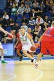 Los deportistas de los equipos de Zalgiris y de CSKA Moscú luchan para el baloncesto Foto de archivo